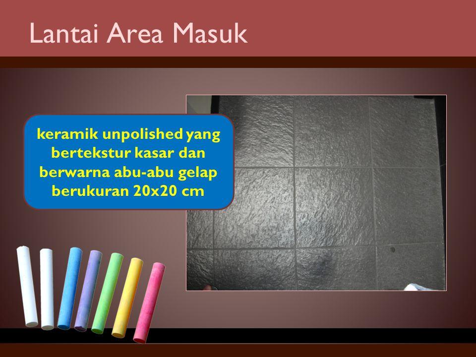 Lantai Area Masuk keramik unpolished yang bertekstur kasar dan berwarna abu-abu gelap berukuran 20x20 cm.