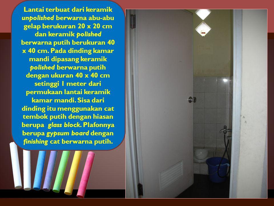 Lantai terbuat dari keramik unpolished berwarna abu-abu gelap berukuran 20 x 20 cm dan keramik polished berwarna putih berukuran 40 x 40 cm.