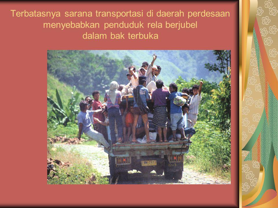 Terbatasnya sarana transportasi di daerah perdesaan menyebabkan penduduk rela berjubel dalam bak terbuka