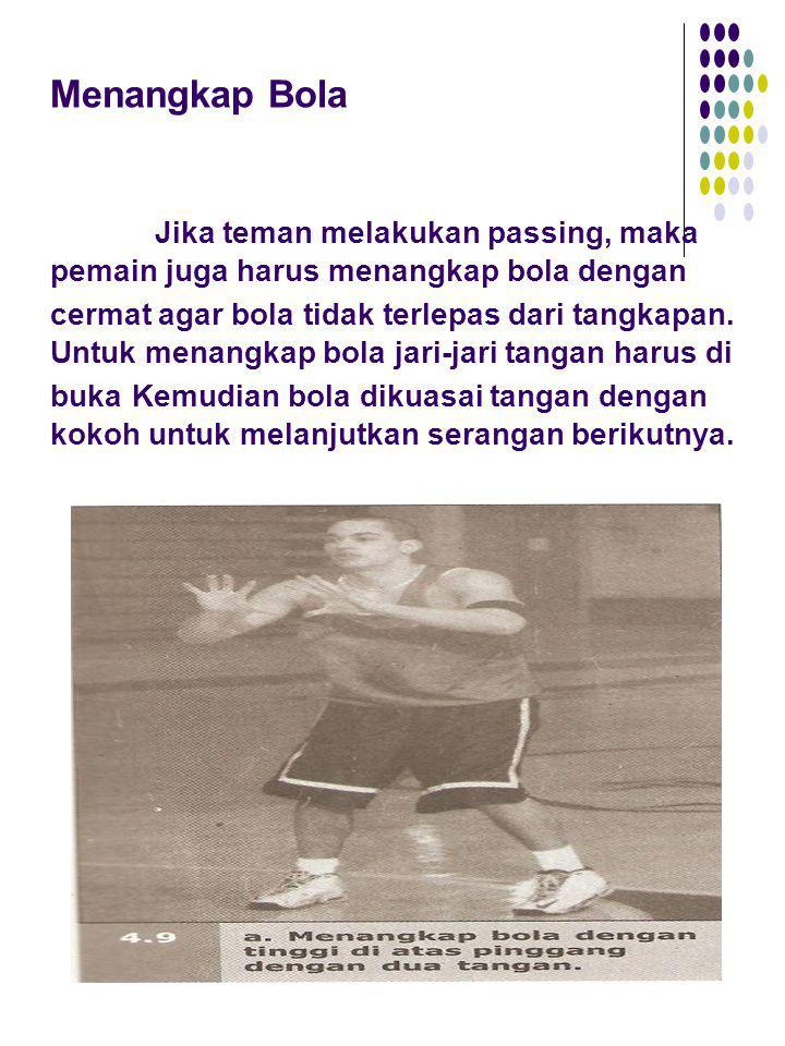 Menangkap Bola Jika teman melakukan passing, maka pemain juga harus menangkap bola dengan cermat agar bola tidak terlepas dari tangkapan.