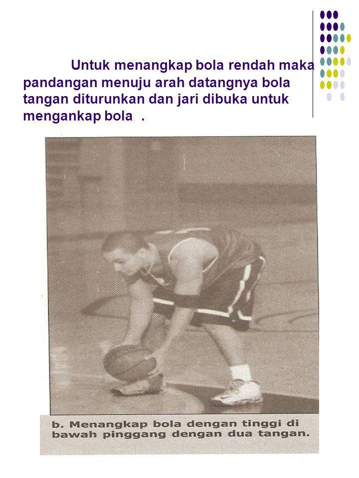Untuk menangkap bola rendah maka pandangan menuju arah datangnya bola tangan diturunkan dan jari dibuka untuk mengankap bola .