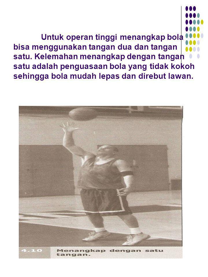 Untuk operan tinggi menangkap bola bisa menggunakan tangan dua dan tangan satu.
