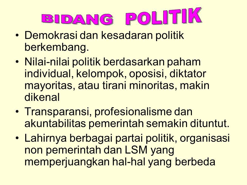 BIDANG POLITIK Demokrasi dan kesadaran politik berkembang.