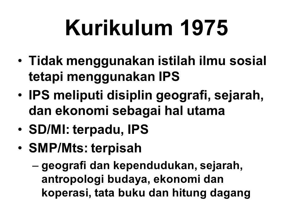 Kurikulum 1975 Tidak menggunakan istilah ilmu sosial tetapi menggunakan IPS. IPS meliputi disiplin geografi, sejarah, dan ekonomi sebagai hal utama.