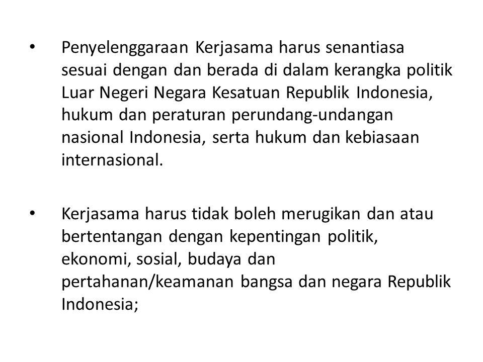 Penyelenggaraan Kerjasama harus senantiasa sesuai dengan dan berada di dalam kerangka politik Luar Negeri Negara Kesatuan Republik Indonesia, hukum dan peraturan perundang-undangan nasional Indonesia, serta hukum dan kebiasaan internasional.