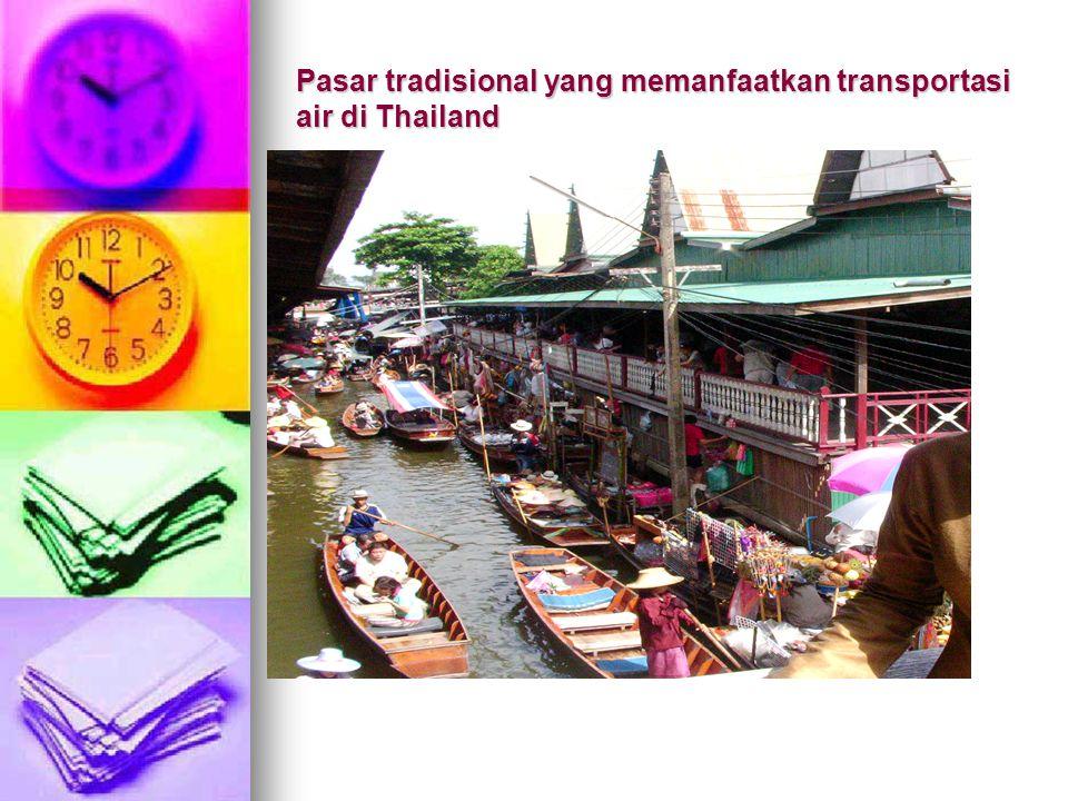 Pasar tradisional yang memanfaatkan transportasi air di Thailand