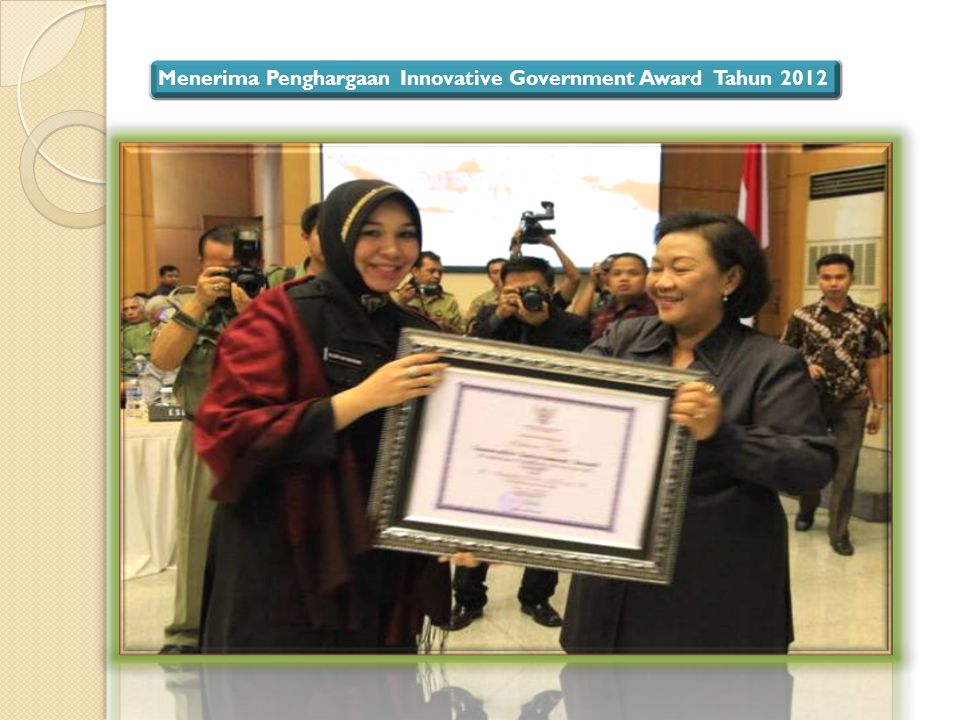 Menerima Penghargaan Innovative Government Award Tahun 2012