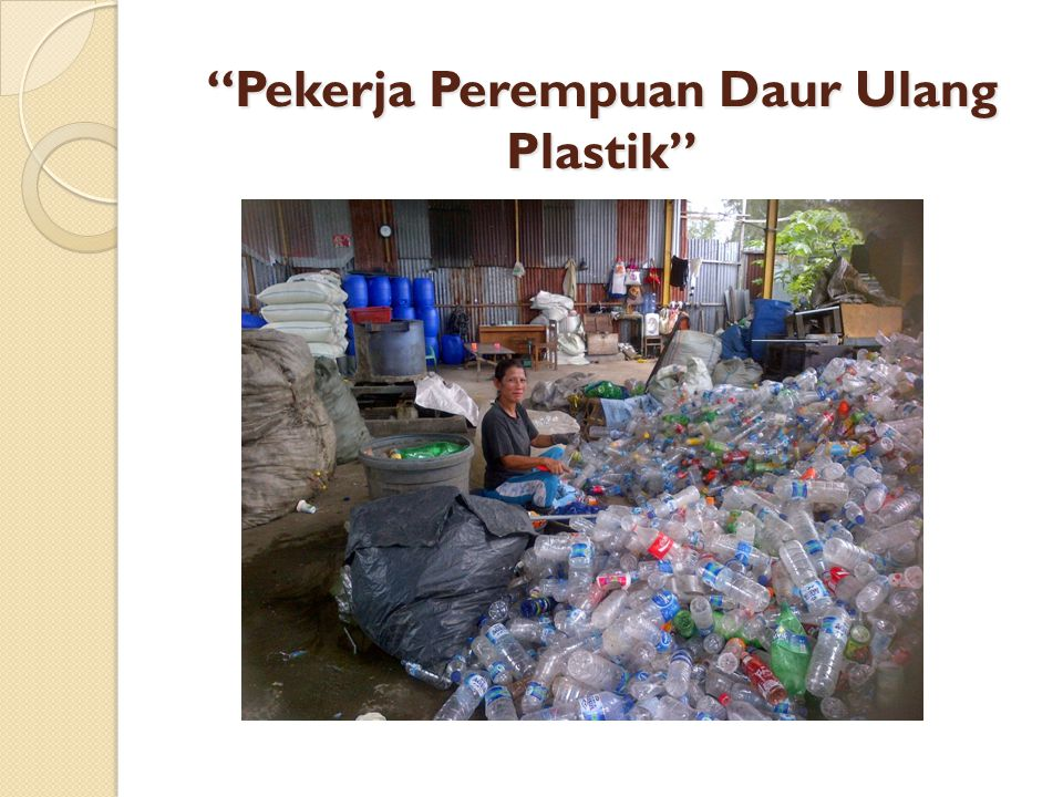 Pekerja Perempuan Daur Ulang Plastik