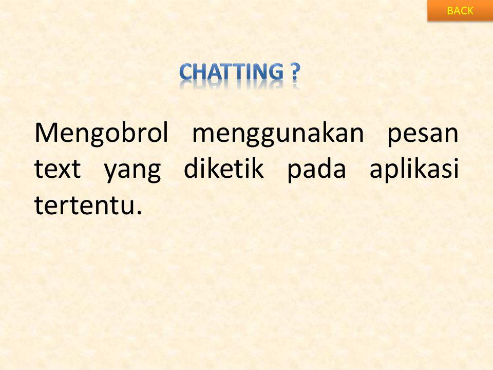 Mengobrol menggunakan pesan text yang diketik pada aplikasi tertentu.