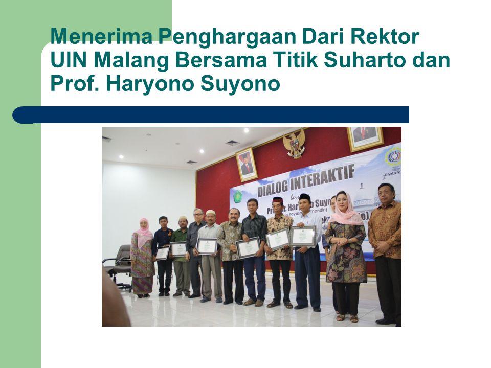 Menerima Penghargaan Dari Rektor UIN Malang Bersama Titik Suharto dan Prof. Haryono Suyono