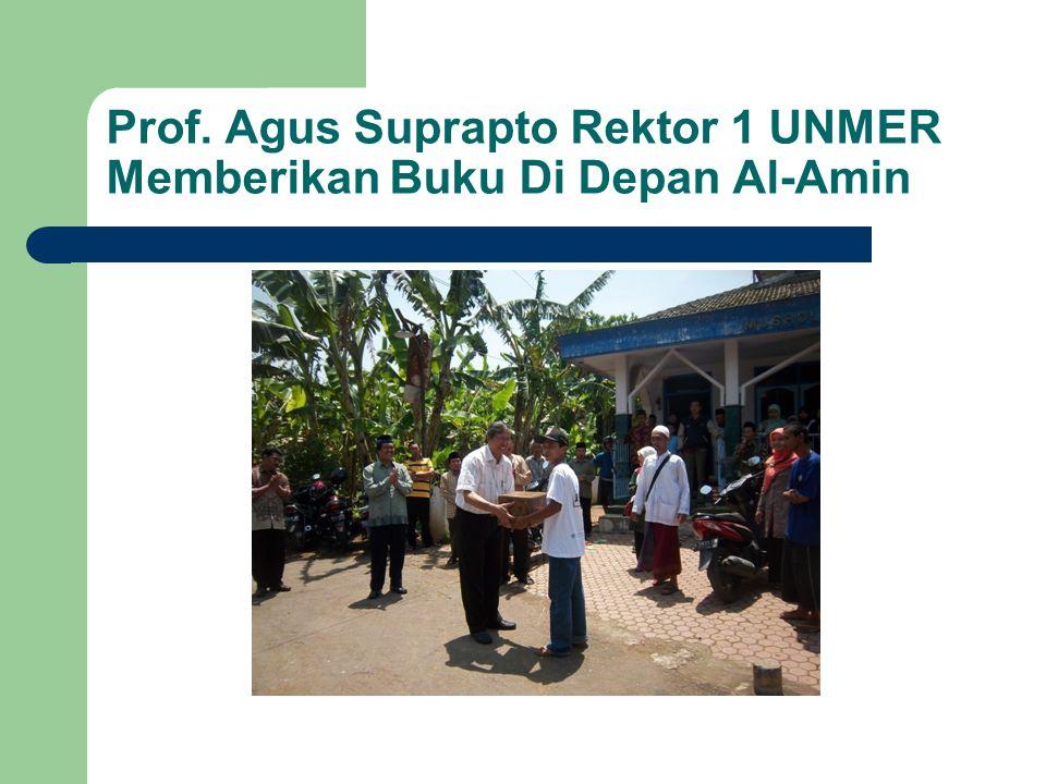 Prof. Agus Suprapto Rektor 1 UNMER Memberikan Buku Di Depan Al-Amin