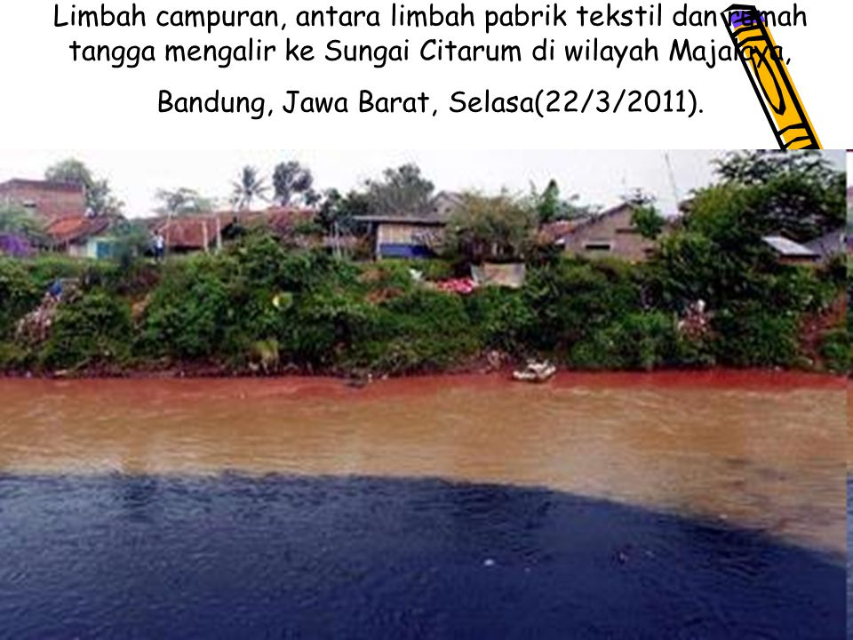 Limbah campuran, antara limbah pabrik tekstil dan rumah tangga mengalir ke Sungai Citarum di wilayah Majalaya, Bandung, Jawa Barat, Selasa(22/3/2011).
