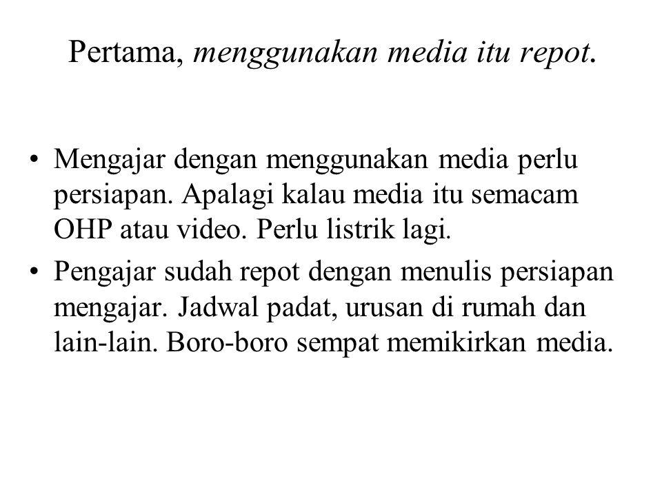 Pertama, menggunakan media itu repot.