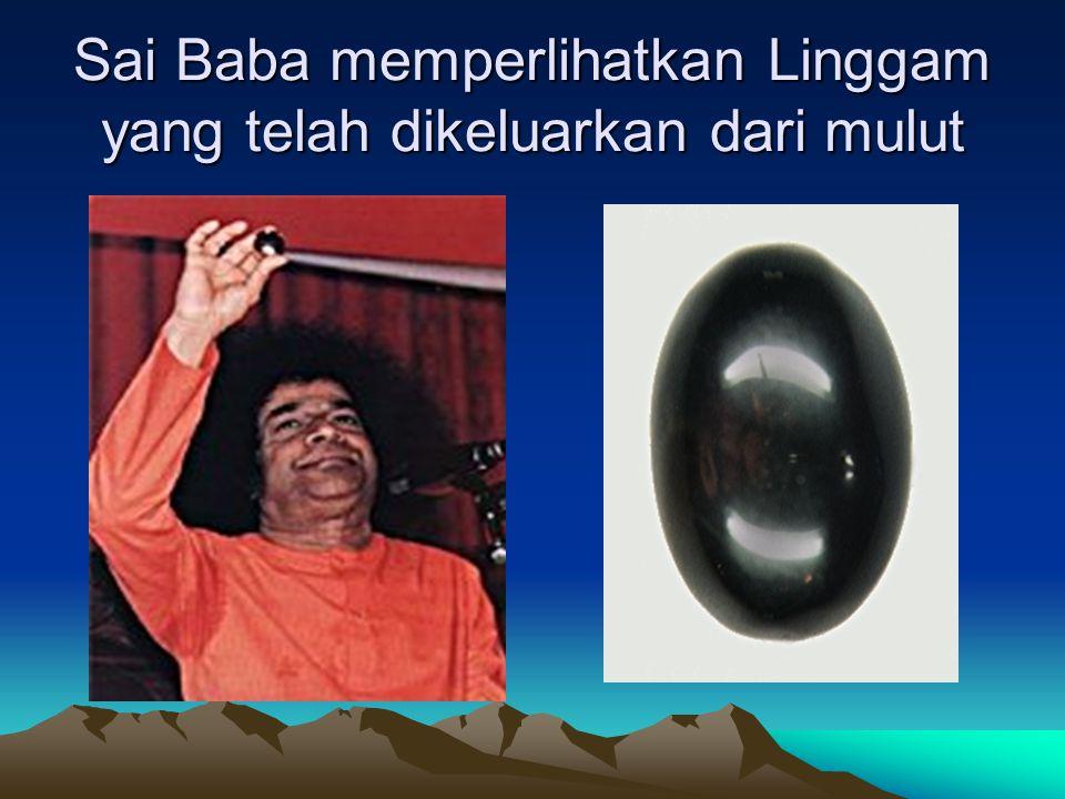 Sai Baba memperlihatkan kitab Bibel Mini yang di ciptakannya
