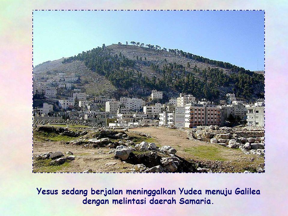 Yesus sedang berjalan meninggalkan Yudea menuju Galilea dengan melintasi daerah Samaria.