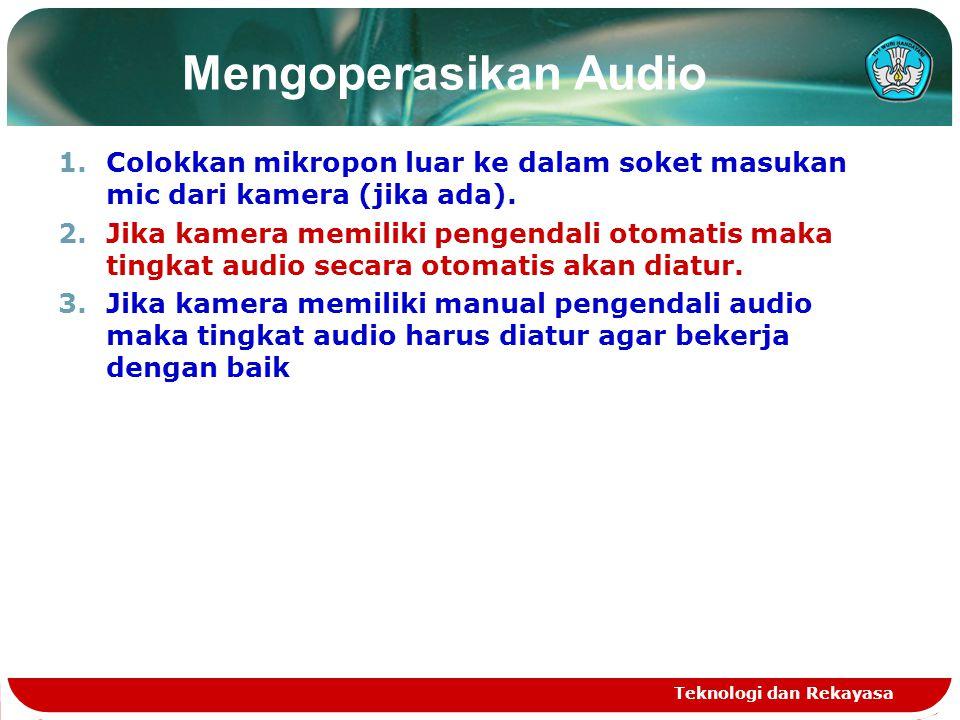 Mengoperasikan Audio Colokkan mikropon luar ke dalam soket masukan mic dari kamera (jika ada).