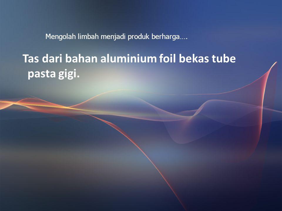 Tas dari bahan aluminium foil bekas tube pasta gigi.