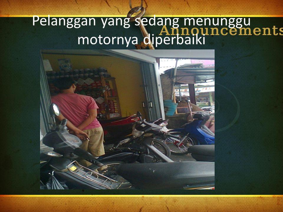 Pelanggan yang sedang menunggu motornya diperbaiki