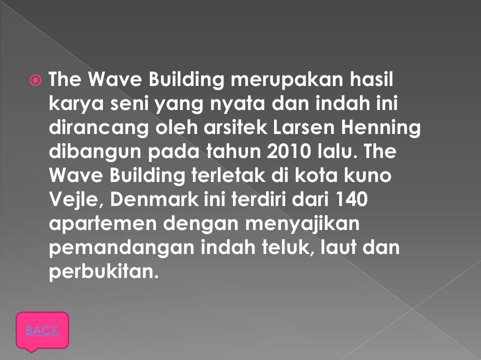 The Wave Building merupakan hasil karya seni yang nyata dan indah ini dirancang oleh arsitek Larsen Henning dibangun pada tahun 2010 lalu. The Wave Building terletak di kota kuno Vejle, Denmark ini terdiri dari 140 apartemen dengan menyajikan pemandangan indah teluk, laut dan perbukitan.