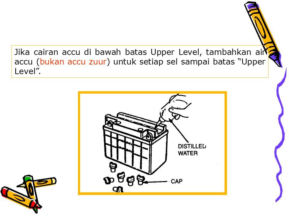 Jika cairan accu di bawah batas Upper Level, tambahkan air accu (bukan accu zuur) untuk setiap sel sampai batas Upper Level .