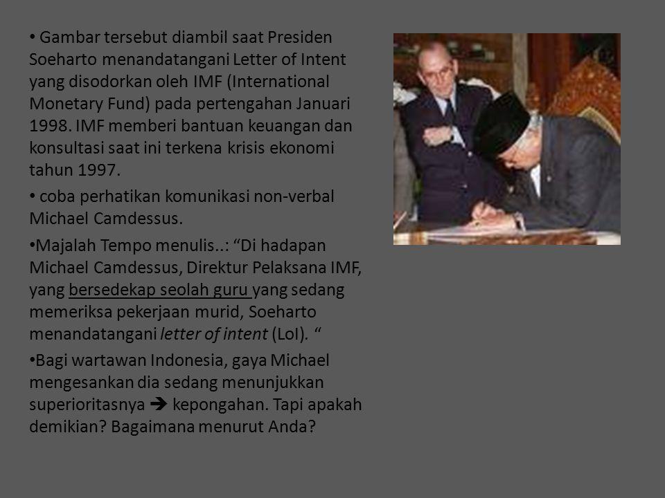 Gambar tersebut diambil saat Presiden Soeharto menandatangani Letter of Intent yang disodorkan oleh IMF (International Monetary Fund) pada pertengahan Januari 1998. IMF memberi bantuan keuangan dan konsultasi saat ini terkena krisis ekonomi tahun 1997.
