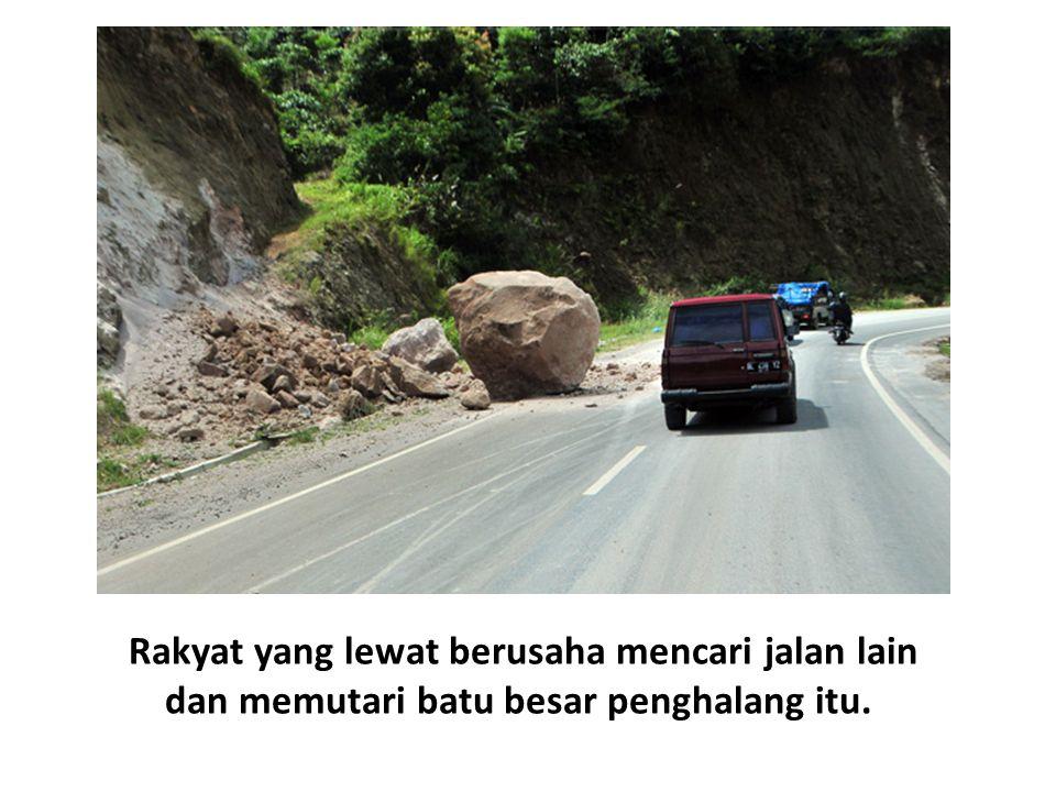 Rakyat yang lewat berusaha mencari jalan lain dan memutari batu besar penghalang itu.