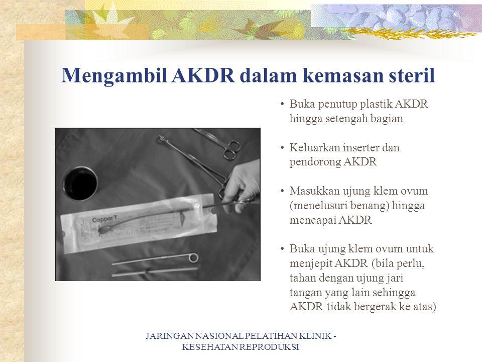 Mengambil AKDR dalam kemasan steril
