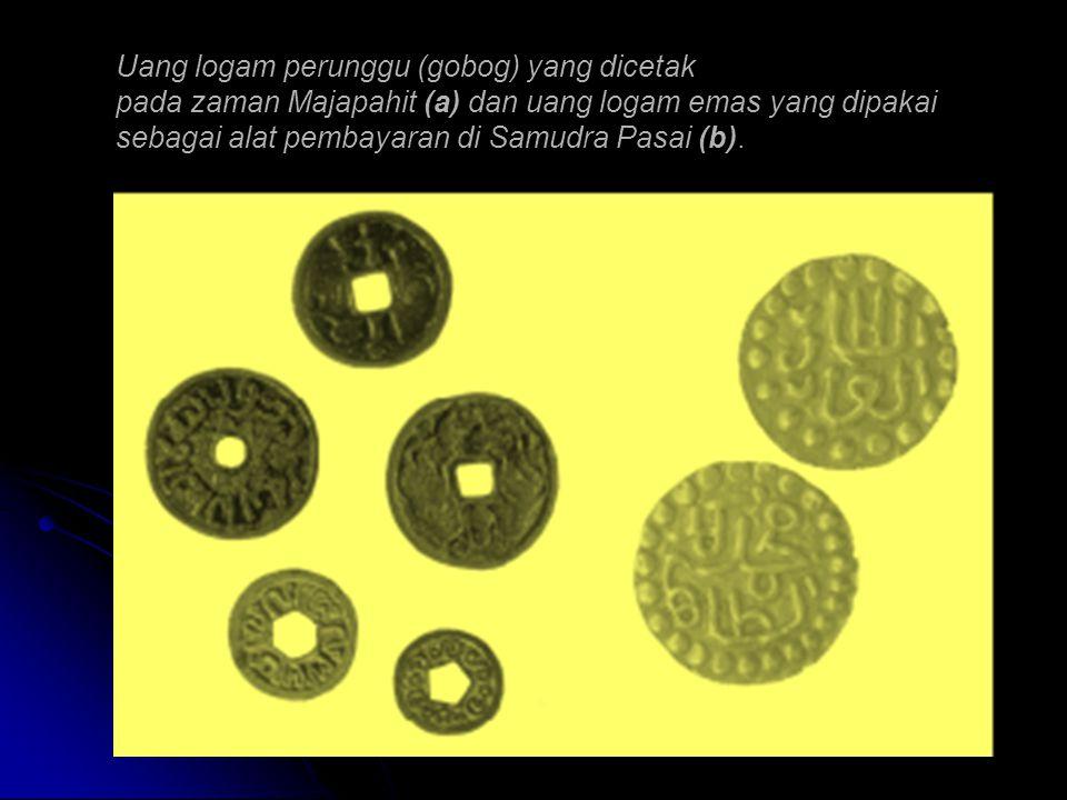 Uang logam perunggu (gobog) yang dicetak pada zaman Majapahit (a) dan uang logam emas yang dipakai sebagai alat pembayaran di Samudra Pasai (b).