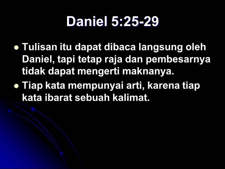 Daniel 5:25-29 Tulisan itu dapat dibaca langsung oleh Daniel, tapi tetap raja dan pembesarnya tidak dapat mengerti maknanya.