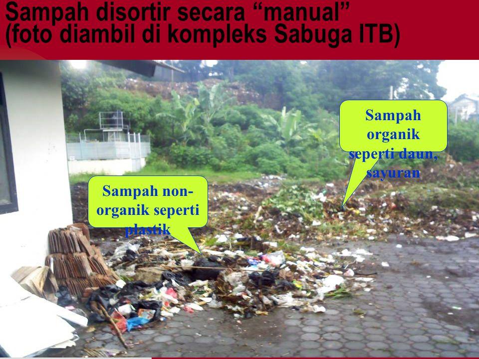 Sampah disortir secara manual (foto diambil di kompleks Sabuga ITB)