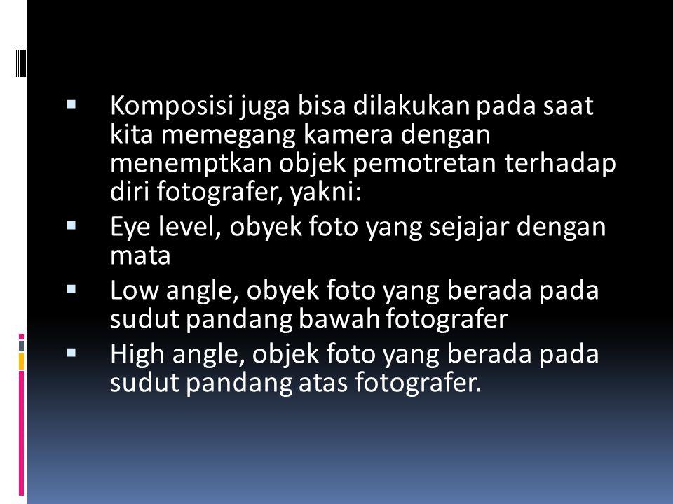 Komposisi juga bisa dilakukan pada saat kita memegang kamera dengan menemptkan objek pemotretan terhadap diri fotografer, yakni: