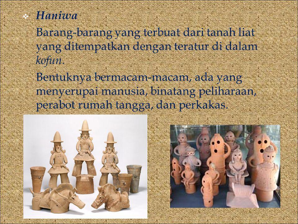 Haniwa Barang-barang yang terbuat dari tanah liat yang ditempatkan dengan teratur di dalam kofun.
