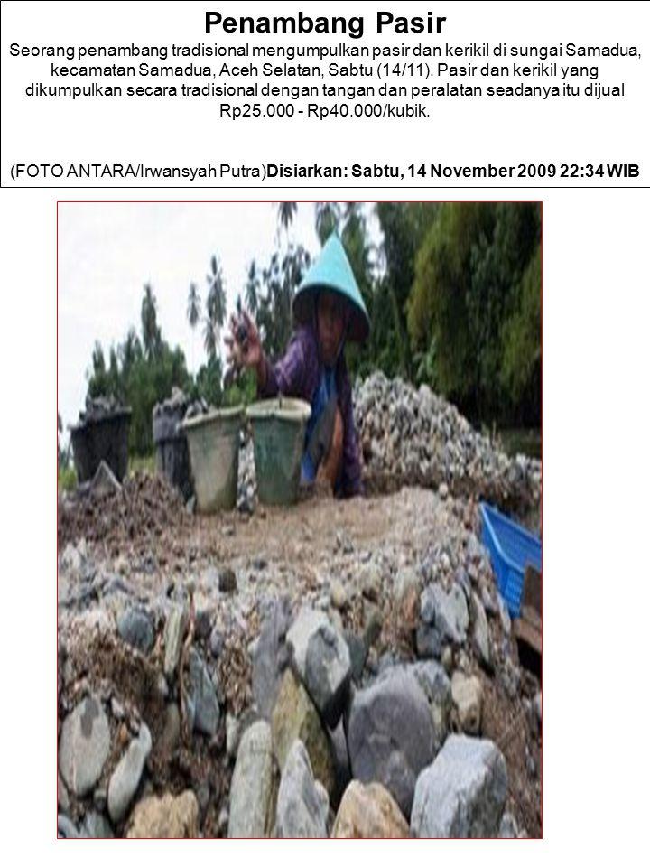 Penambang Pasir Seorang penambang tradisional mengumpulkan pasir dan kerikil di sungai Samadua, kecamatan Samadua, Aceh Selatan, Sabtu (14/11). Pasir dan kerikil yang dikumpulkan secara tradisional dengan tangan dan peralatan seadanya itu dijual Rp25.000 - Rp40.000/kubik.
