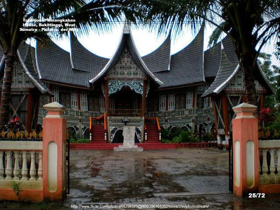 Traditional Minangkabau House, Bukittinggi, West Sumatra - Picture: der Willy