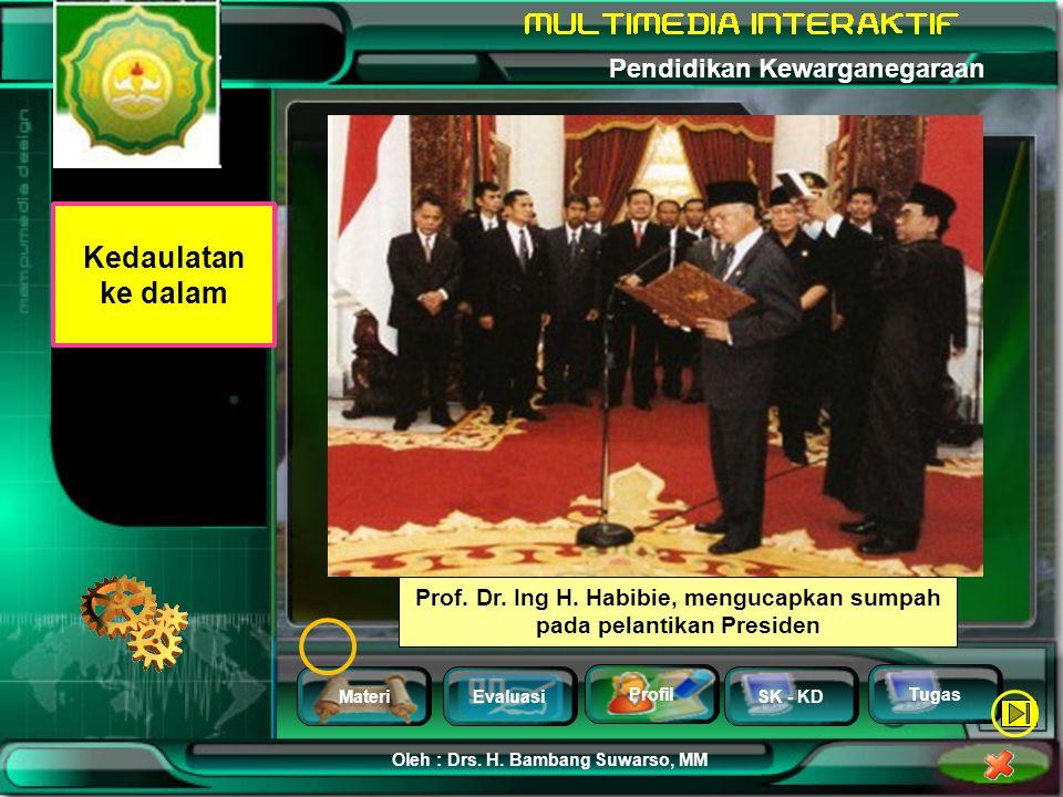 Prof. Dr. Ing H. Habibie, mengucapkan sumpah pada pelantikan Presiden