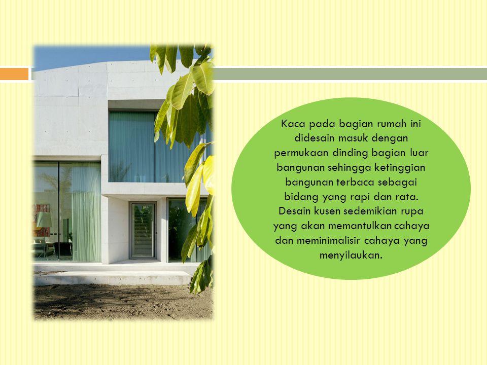Kaca pada bagian rumah ini didesain masuk dengan permukaan dinding bagian luar bangunan sehingga ketinggian bangunan terbaca sebagai bidang yang rapi dan rata.