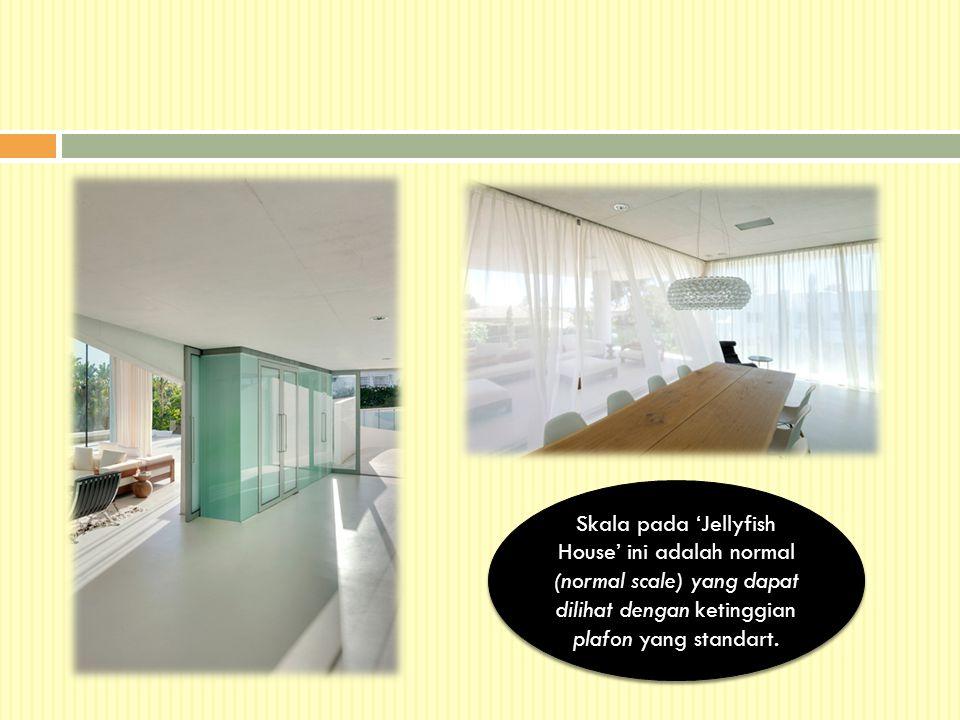 Skala pada 'Jellyfish House' ini adalah normal (normal scale) yang dapat dilihat dengan ketinggian plafon yang standart.