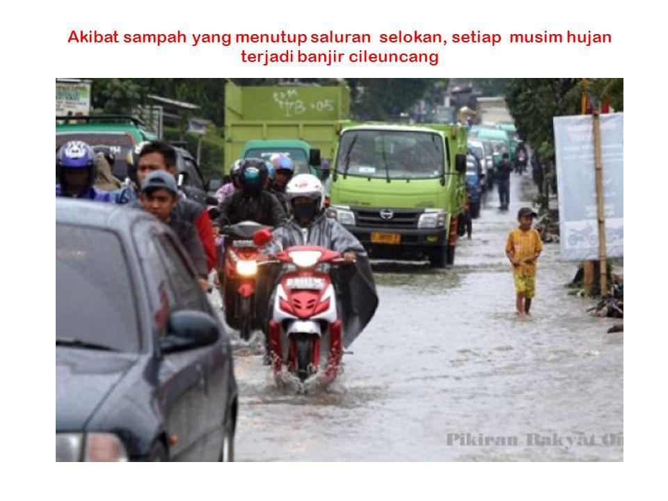 Akibat sampah yang menutup saluran selokan, setiap musim hujan terjadi banjir cileuncang
