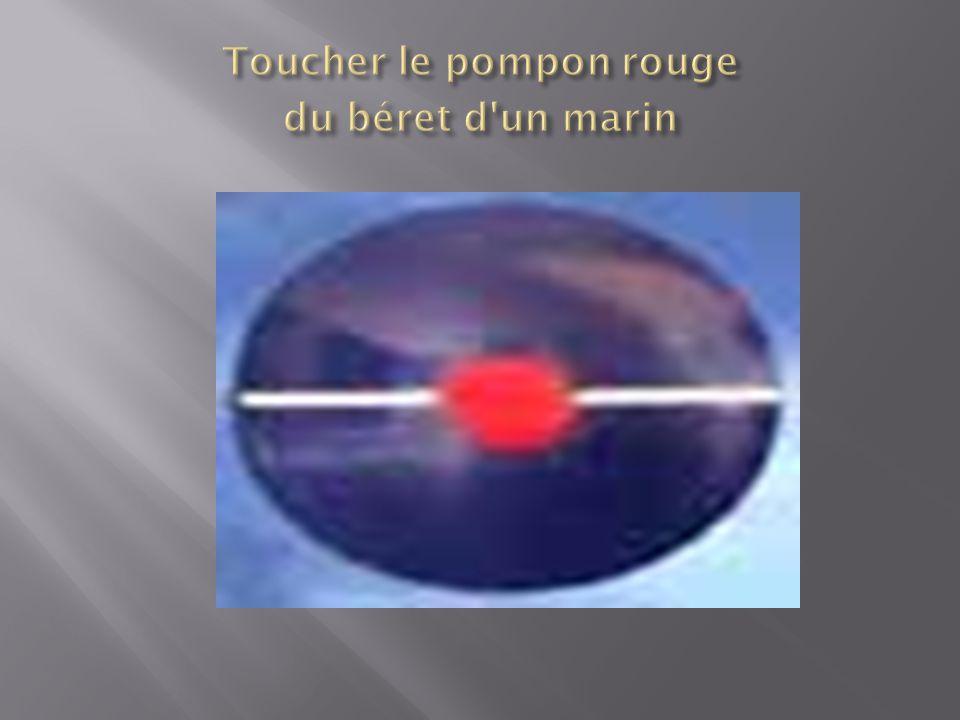 Toucher le pompon rouge du béret d un marin