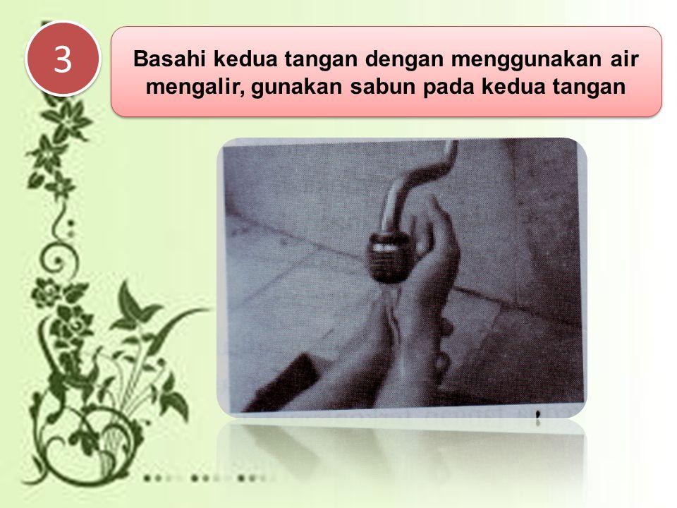 3 Basahi kedua tangan dengan menggunakan air mengalir, gunakan sabun pada kedua tangan