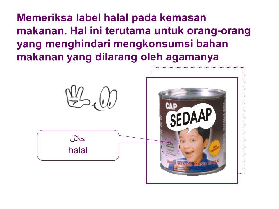 Memeriksa label halal pada kemasan makanan