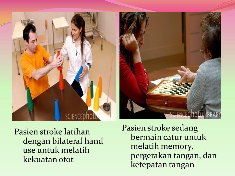 Pasien stroke sedang bermain catur untuk melatih memory, pergerakan tangan, dan ketepatan tangan