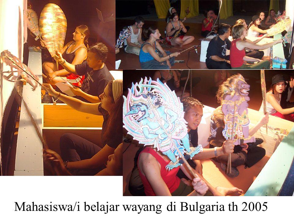 Mahasiswa/i belajar wayang di Bulgaria th 2005
