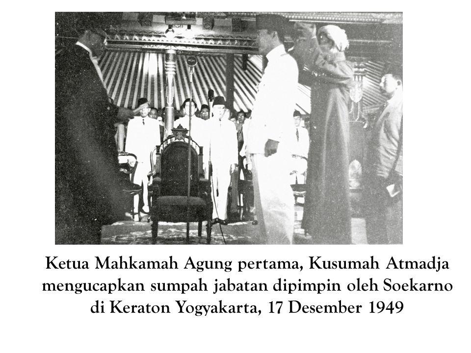 Ketua Mahkamah Agung pertama, Kusumah Atmadja mengucapkan sumpah jabatan dipimpin oleh Soekarno di Keraton Yogyakarta, 17 Desember 1949
