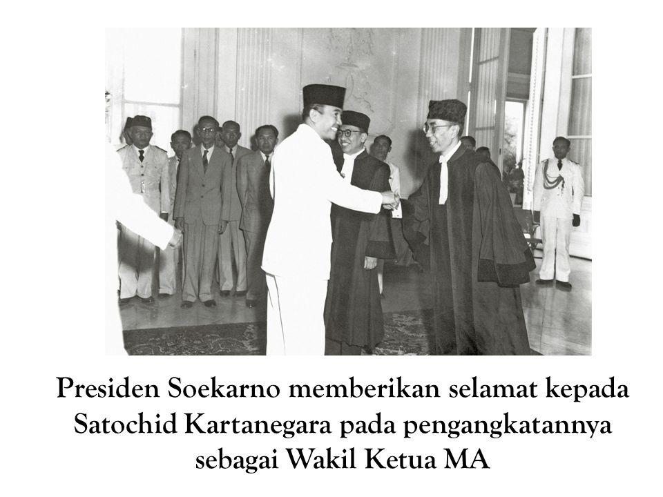 Presiden Soekarno memberikan selamat kepada Satochid Kartanegara pada pengangkatannya sebagai Wakil Ketua MA