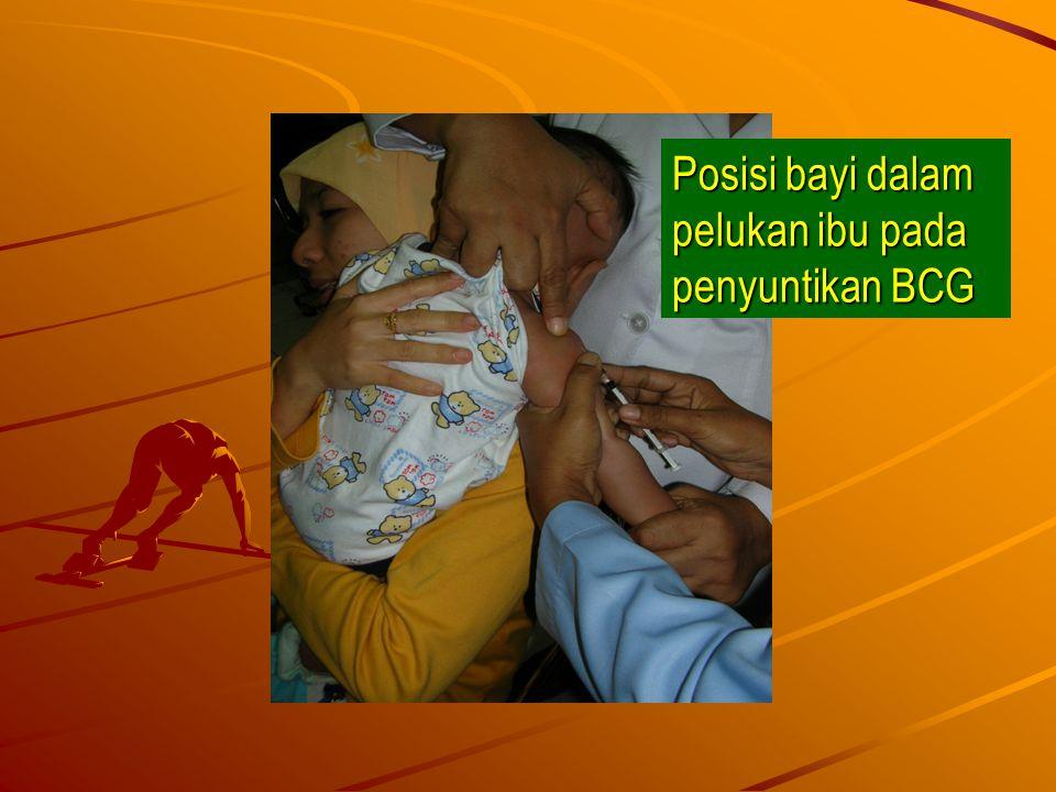 Posisi bayi dalam pelukan ibu pada penyuntikan BCG