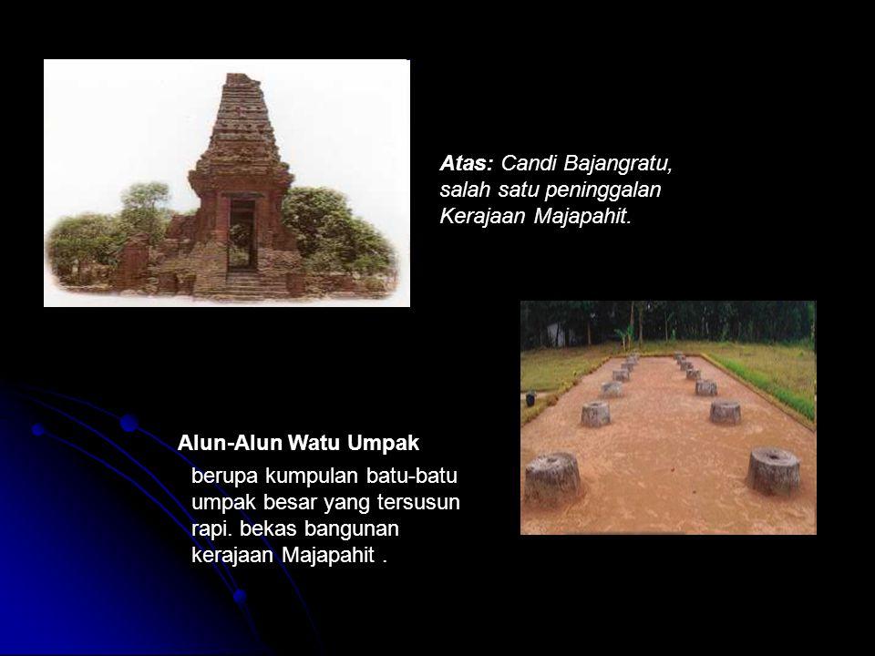 Atas: Candi Bajangratu, salah satu peninggalan Kerajaan Majapahit.