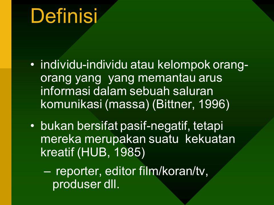 Definisi individu-individu atau kelompok orang- orang yang yang memantau arus informasi dalam sebuah saluran komunikasi (massa) (Bittner, 1996)