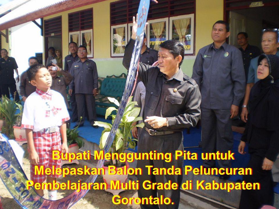 Bupati Menggunting Pita untuk Melepaskan Balon Tanda Peluncuran Pembelajaran Multi Grade di Kabupaten Gorontalo.