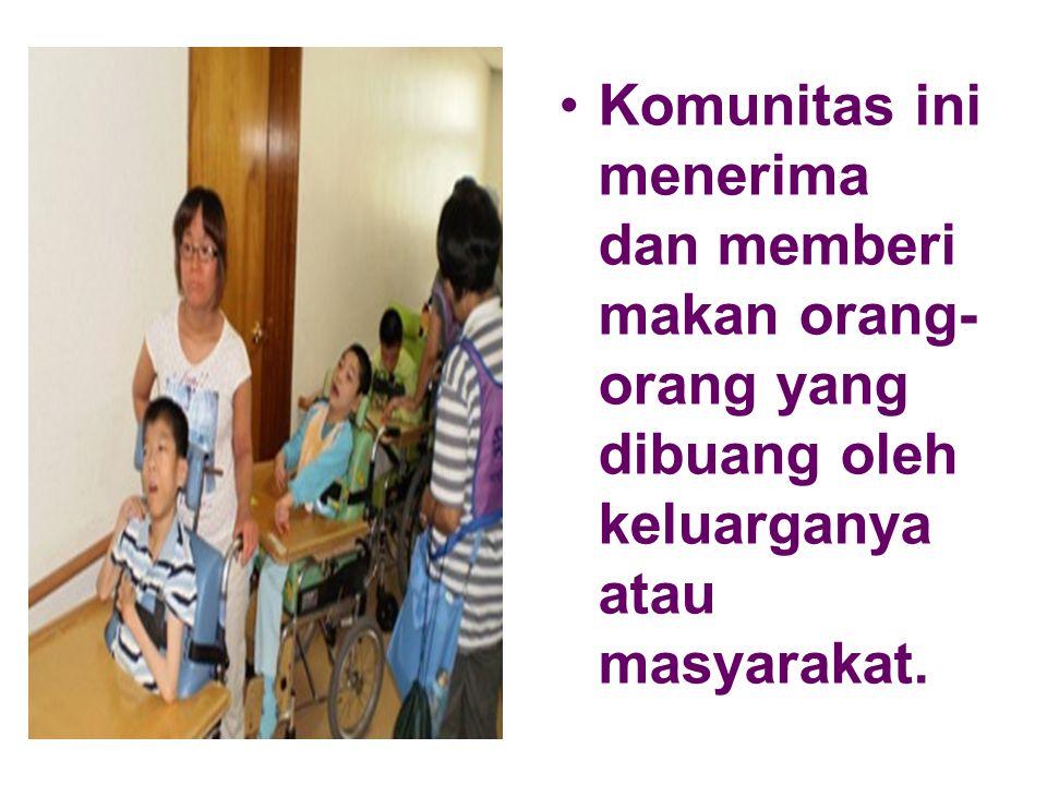 Komunitas ini menerima dan memberi makan orang-orang yang dibuang oleh keluarganya atau masyarakat.